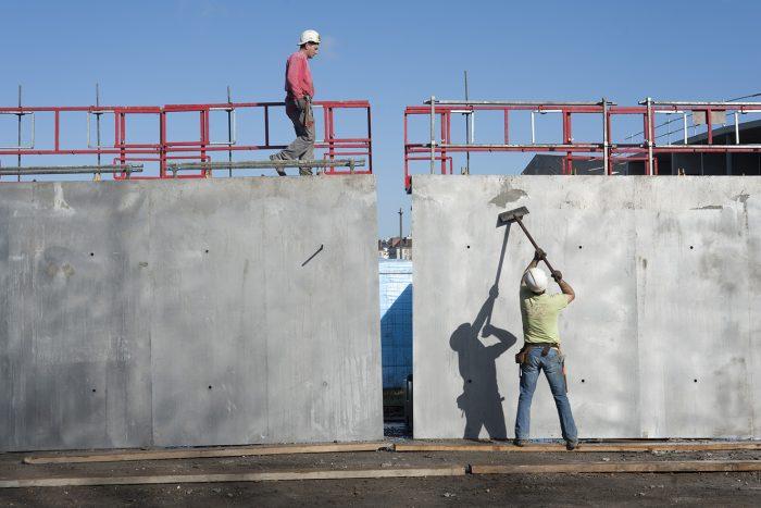 Gros oeuvre : nettoyage de banches pour le coffrage des murs